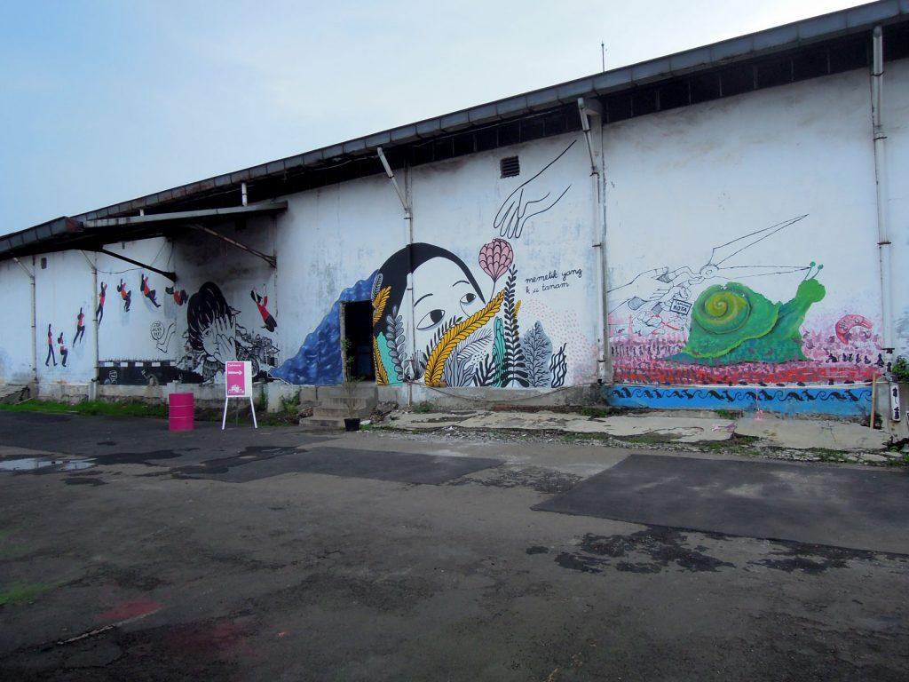 karya mural oleh para seniman wanita di Jakarta Biennale 2015