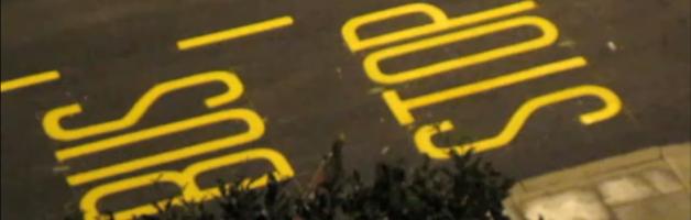 "Video: Menggurat Kata ""Bus Stop"" di Permukaan Jalan"